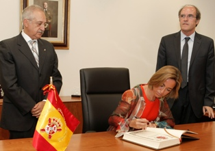 Firma de los Ministros en el Libro de Honor del CUD, en presencia de su director Antonio Elipe